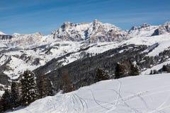 Vista delle scogliere di Alpe di Fanes nell'inverno, con i picchi Conturines e Piz Lavarella, Alta Badia, dolomia italiane Immagini Stock