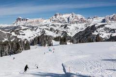 Vista delle scogliere di Alpe di Fanes nell'inverno, con i picchi Conturines e Piz Lavarella, Alta Badia, dolomia italiane Immagine Stock Libera da Diritti