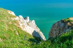 Vista delle scogliere e del mare dalla testa sassosa vicino ad Eastbourne, Sussex orientale immagine stock libera da diritti