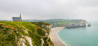 Vista delle scogliere e della spiaggia bianche di Etretat in Normandia, Francia Fotografie Stock Libere da Diritti