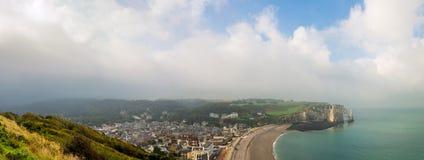 Vista delle scogliere e della spiaggia bianche di Etretat in Normandia, Francia Immagine Stock Libera da Diritti