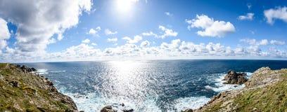 Vista delle scogliere rocciose dell'Oceano Atlantico - Cabo Tourinan Spagna Immagini Stock Libere da Diritti