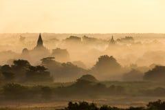 Vista delle tempie antiche nella mattina nebbiosa, alba in Bagan, Myanmar (Birmania immagine stock libera da diritti
