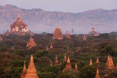 Vista delle tempie antiche nella mattina nebbiosa, alba in Bagan, Myanmar (Birmania immagini stock libere da diritti