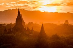 Vista delle tempie antiche nella mattina nebbiosa, alba in Bagan, Myanmar (Birmania fotografia stock libera da diritti