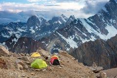 Vista delle tende e dell'alta montagna di campeggio Fotografia Stock