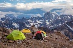 Vista delle tende e dell'alta montagna di campeggio Immagini Stock Libere da Diritti