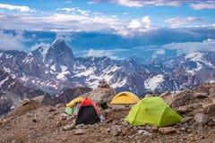 Vista delle tende e dell'alta montagna di campeggio Immagine Stock