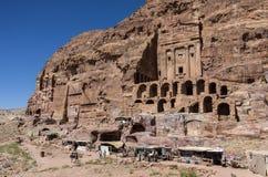 Vista delle tombe reali e della tomba dell'urna su priorità alta PETRA, Jorda Fotografia Stock Libera da Diritti