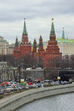 Vista delle torri del Cremlino di Mosca a partire dal pomeriggio nuvoloso di aprile dell'argine di Prechistenskaya Fotografia Stock