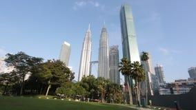 Vista delle torri gemelle luglio 28,2018 di Petronas in Kuala Lumpur, Malesia È limite famoso della Malesia stock footage