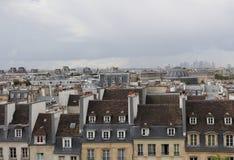 Vista delle vie del centro di Parigi Tetti di Parigi Cielo drammatico di autunno fotografia stock libera da diritti
