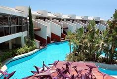 Vista delle ville e dello stagno nell'hotel turco di alta classe Immagini Stock
