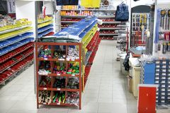 Vista dello scaffale nel negozio dell'hardware immagine stock libera da diritti