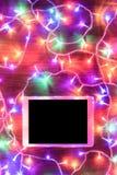 Vista dello scrittorio da sopra con la compressa digitale e le luci di natale, concetto online di acquisto Fotografie Stock