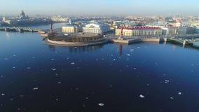 Vista dello sputo del video aereo dell'isola di Vasilievsky St Petersburg, Russia archivi video
