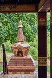 Vista dello Stupa buddista dal supporto conico per le meditazioni Fotografia Stock