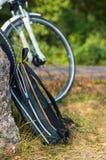 Vista dello zaino con la bicicletta ai precedenti Fotografia Stock Libera da Diritti