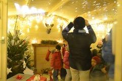 Vista dentro da casa de presentes do Natal para as crianças iluminadas brilhantemente com childs fotos de stock royalty free
