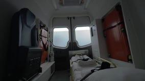 Vista dentro del condurre l'automobile vuota dell'ambulanza archivi video