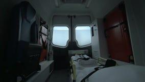 Vista dentro del condurre l'automobile vuota dell'ambulanza stock footage