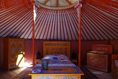 Vista dentro di un yurt, di un alloggio tradizionale del nomade in Asia e pricipalmente della Mongolia Mobilia colorata e minusco fotografie stock libere da diritti