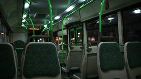 Vista dentro il bus di notte. stock footage