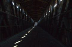 Vista dentro il ponte coperto fotografia stock