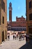 Vista des Glockenturms und Piazza Del Campo lizenzfreies stockfoto