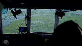 Vista desde adentro de la carlinga del helicóptero de prados y de campos almacen de video