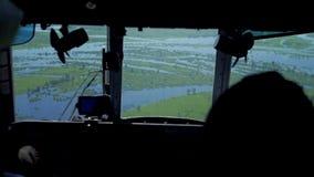 Vista desde adentro de la carlinga del helicóptero de prados y de campos metrajes