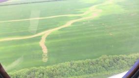 Vista desde adentro de la carlinga del helicóptero de prados y de campos Visión desde la cabina del helicóptero durante vuelo almacen de video
