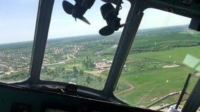 Vista desde adentro de la carlinga del helicóptero de prados y de campos Visión desde la cabina del helicóptero durante vuelo metrajes