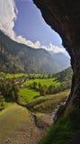 Vista desde adentro de la cascada de Lauterbrunnen en las montañas suizas Fotografía de archivo libre de regalías