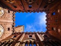 Vista desde adentro de la torre de Torre del Mangia en Siena, Toscana foto de archivo libre de regalías