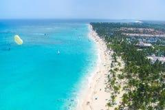 Vista desde arriba de la playa tropical con las palmas Imágenes de archivo libres de regalías
