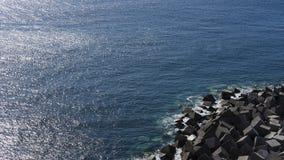 Vista desde arriba de los cubos artificiales del cemento y del océano abierto en Playa San Juan, Tenerife, España foto de archivo