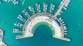 Vista desde arriba de muelles semicirculares modernos del infante de marina de Sukosan, Croacia almacen de video