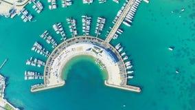 Vista desde arriba de muelles semicirculares modernos del infante de marina de Sukosan, Croacia metrajes
