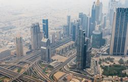 Vista desde arriba de skyscrappers y de la carretera en Dubai céntrico Fotos de archivo libres de regalías
