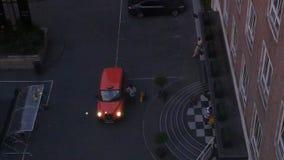 Vista desde arriba del carro anaranjado rojo Londres de caballo de alquiler metrajes