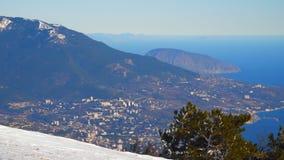 Vista desde arriba a la ciudad de Yalta metrajes