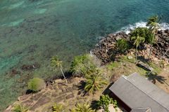 Vista desde arriba a la orilla de piedra del océano imágenes de archivo libres de regalías