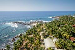 Vista desde arriba a la orilla de piedra del océano imagen de archivo libre de regalías