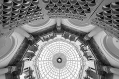 Vista detalhada da escadaria espiral na galeria de arte Londres de Tate Britain Reino Unido, com teto abobadado acima imagem de stock