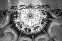 Vista detalhada da escadaria espiral na galeria de arte Londres de Tate Britain Reino Unido, com teto abobadado acima fotos de stock