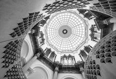 Vista detalhada da escadaria espiral na galeria de arte Londres de Tate Britain Reino Unido, com teto abobadado acima imagens de stock