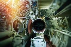 Vista detalhada das válvulas e das tubulações no submarino velho foto de stock