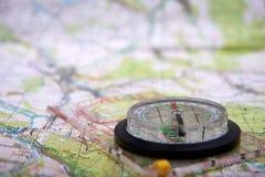 Vista detalhada do mapa do compasso e do turista com fundo defocused fotografia de stock royalty free