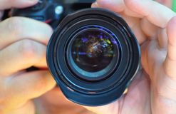 A vista detalhada na objetiva do fotógrafo que toma o pi Fotos de Stock